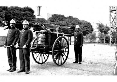 les-premiers-sapeurs-pompiers-de-chauffailles-avec-leur-pompe-a-bras-photo-dr-1469986889
